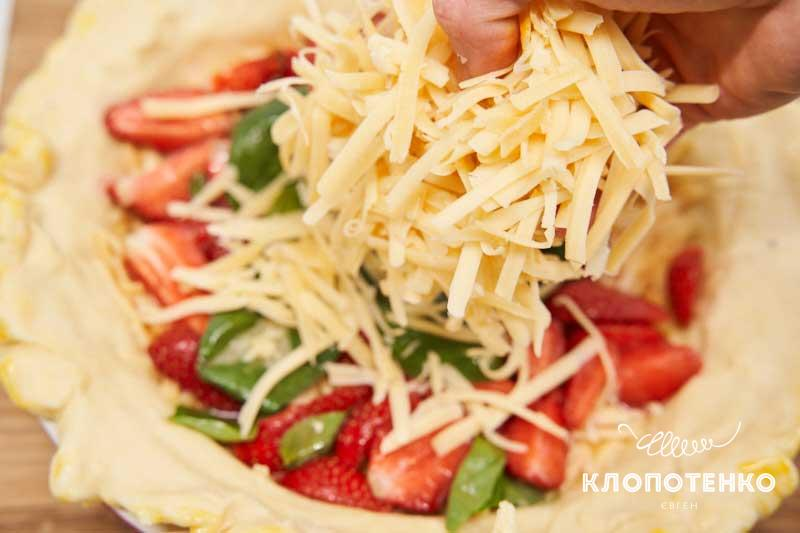 Выложите сверху вторую половину натертого сыра