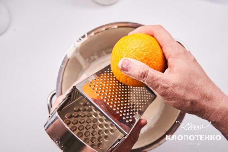 Натрите на мелкой терке цедру апельсина