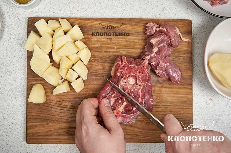 Нарежьте баранину и картофель