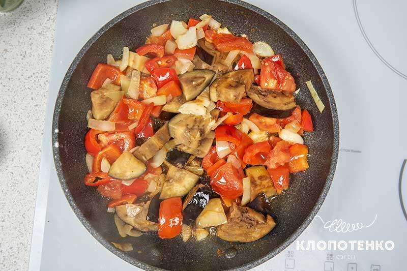 Поджарьте подготовленные овощи