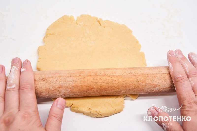 Раскатайте тесто в пласт