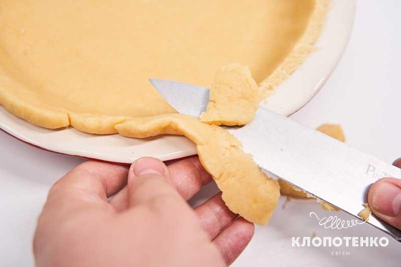 Подрежьте края теста ножом