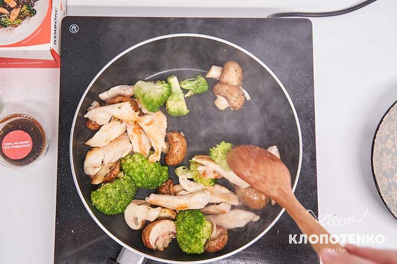 Отправьте к овощам курицу