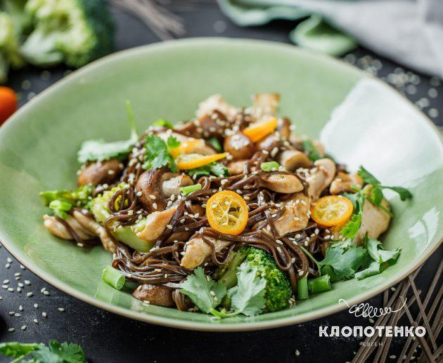 Рецепт гречаної локшини з куркою й овочами