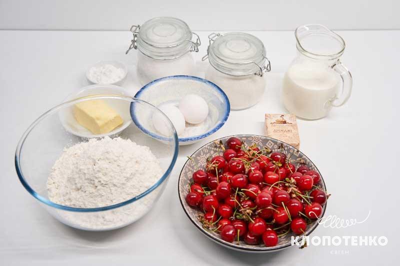 Подготовьте все ингредиенты для приготовления рулета с вишнями