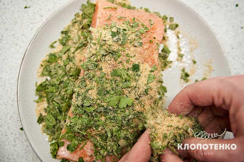 Опустите рыбу в смесь сухарей и петрушки