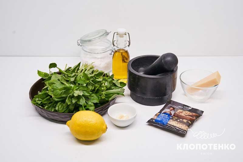Подготовьте все ингредиенты для приготовления классического соуса песто