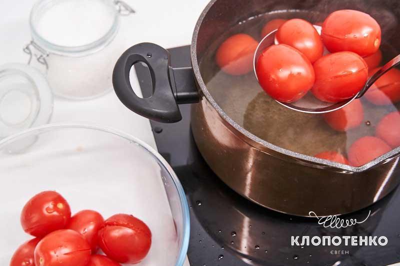 Опустите томаты в кипяток