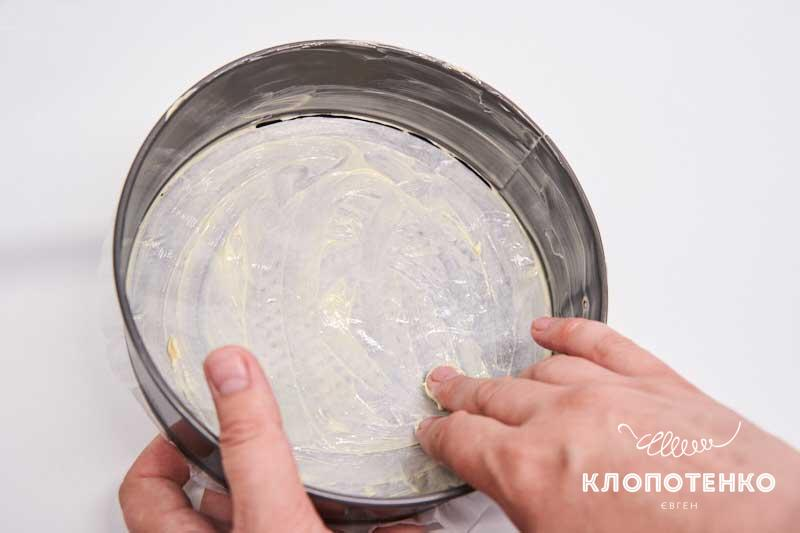 Разъемную форму смажьте сливочным маслом