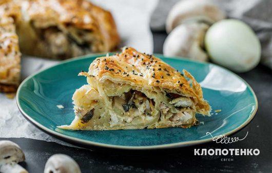 Курячі стегна та базилік: як приготувати ідеальний закритий пиріг з листкового тіста