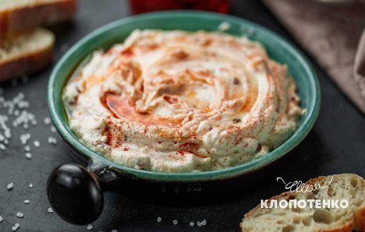 К свежему хлебу или овощам: как приготовить нежную закуску из сыра рикотта