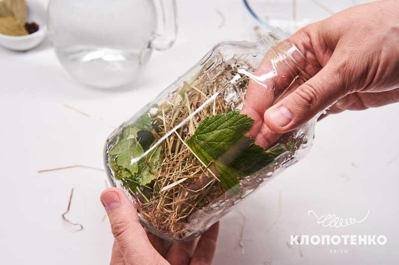 Выложите сено и листья
