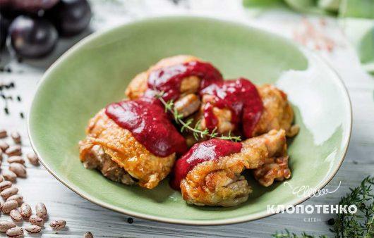 Сливи та квасоля: як приготувати смачні курячі стегна із соусом