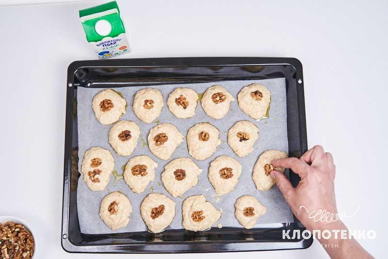 Вложите в каждый шарик по очищенному грецкому ореху