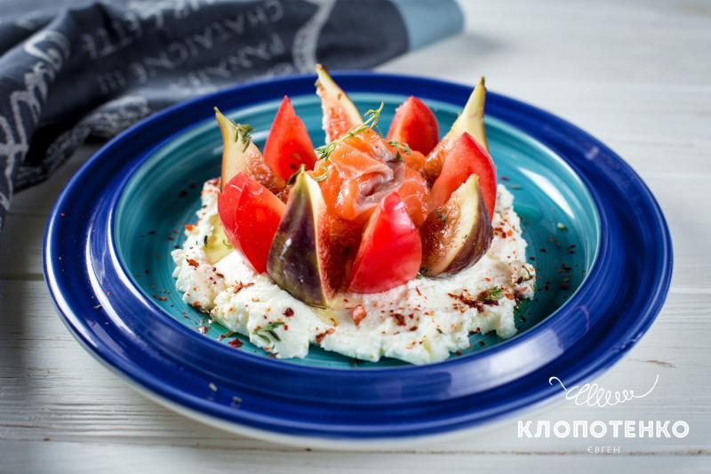 салат с инжиром и лососем