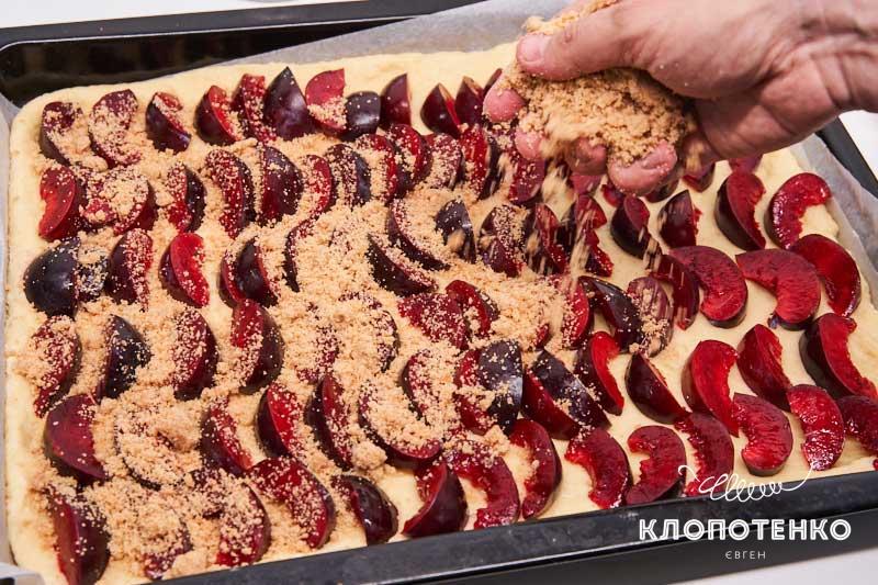 Засыпьте всю поверхность пирога штройзелем