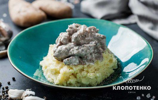 Бефстроганов з картопляним пюре: класичний смак та легкість приготування