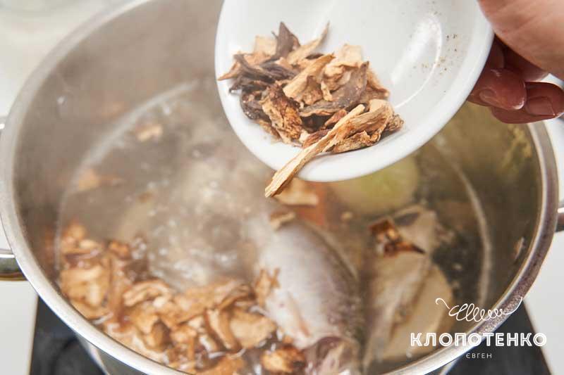 Добавьте рыбу и грибы