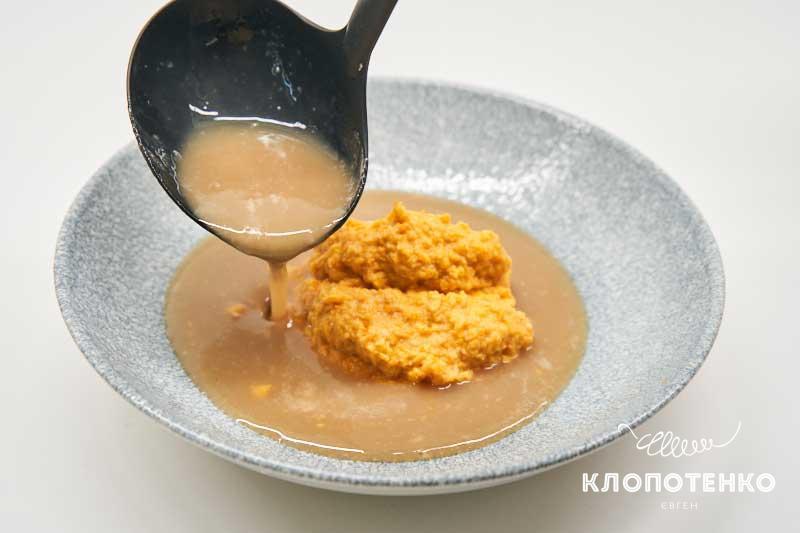 Выложите пюре и влейте суп