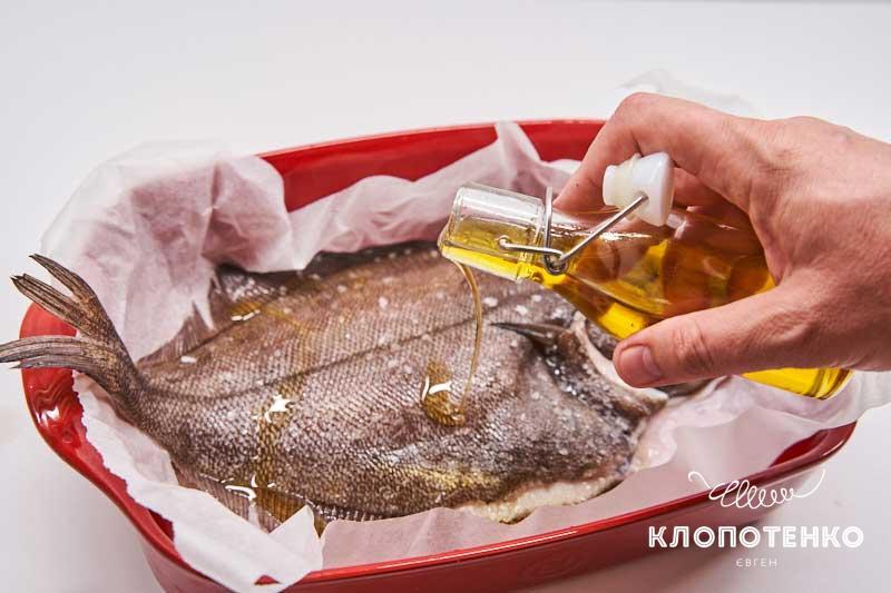 Полейте рыбу 1 ст. л. подсолнечного масла