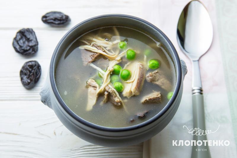 Мясной суп с черносливом и зеленым горошком