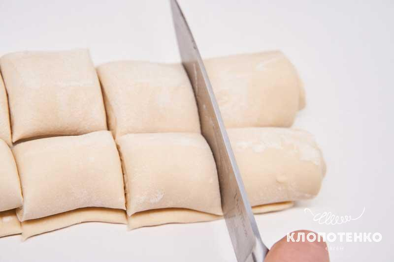 Сверните раскатанное тесто в рулетик и разделите