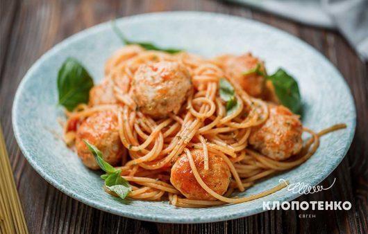 Спагеті з томатами та м'ясними болами: рецепт смачної пасти