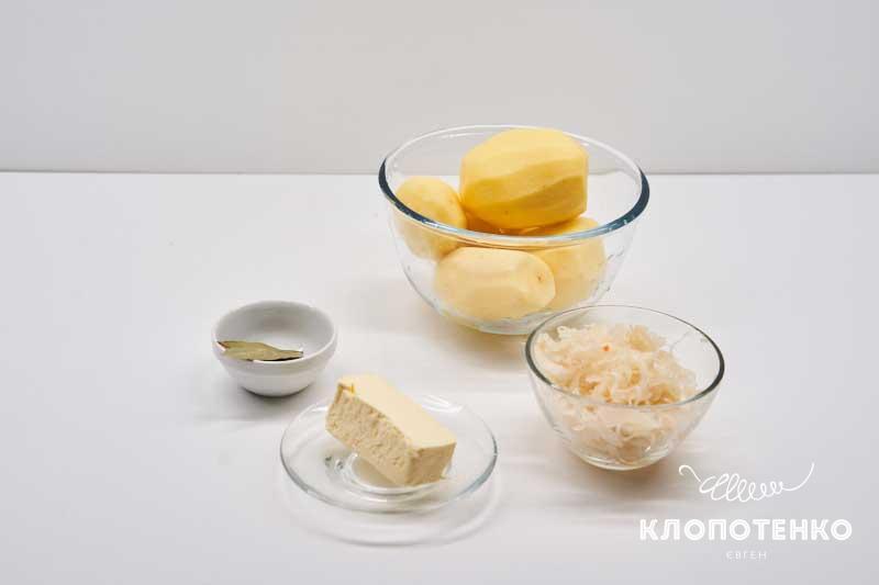Подготовьте ингредиенты для пюре с квашенной капустой