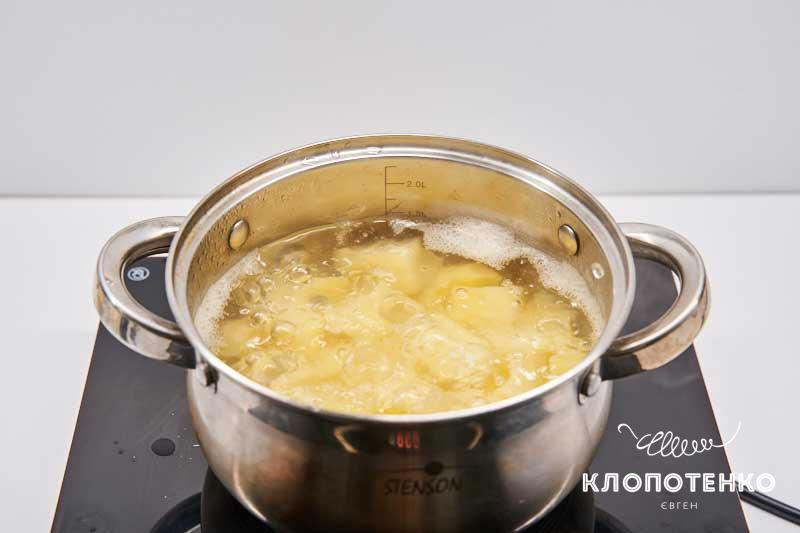 Сварите картошку до готовности
