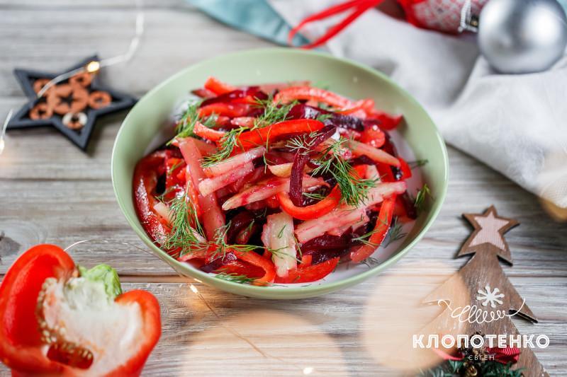 Салат с маринованными сливами и лососем