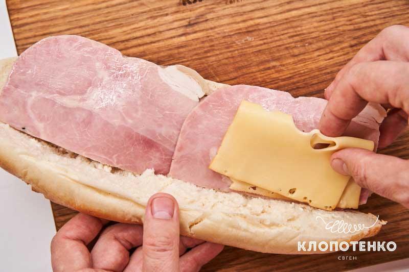 Добавьте ветчину и сыр
