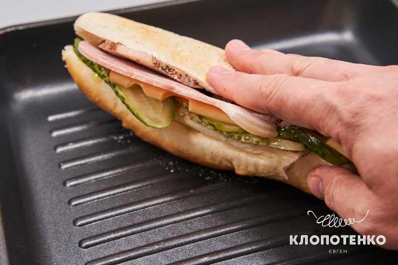 Выложите сэндвич на сковородку