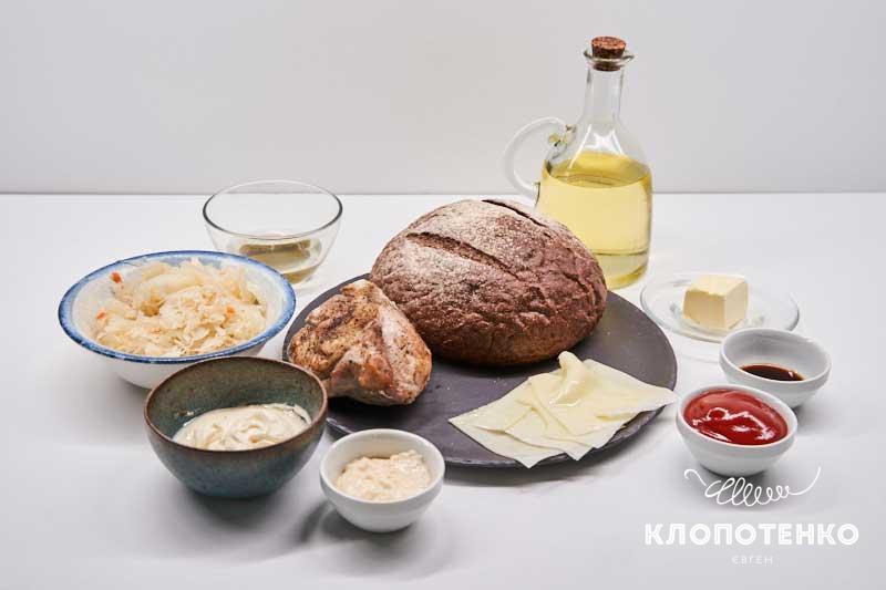 Подготовьте все ингредиенты для сэндвича рубен