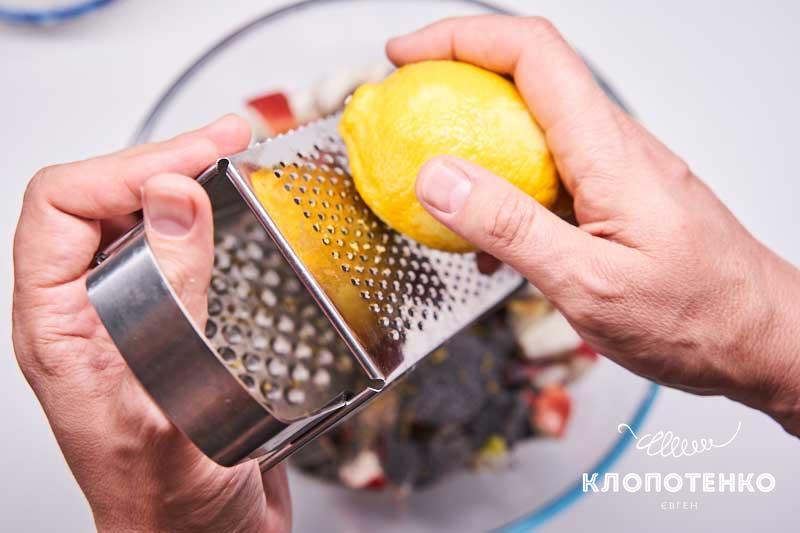 Натрите цедру и выдавите сок лимона