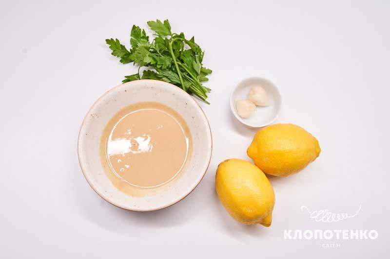 Подготовьте все ингредиенты для соуса тахини
