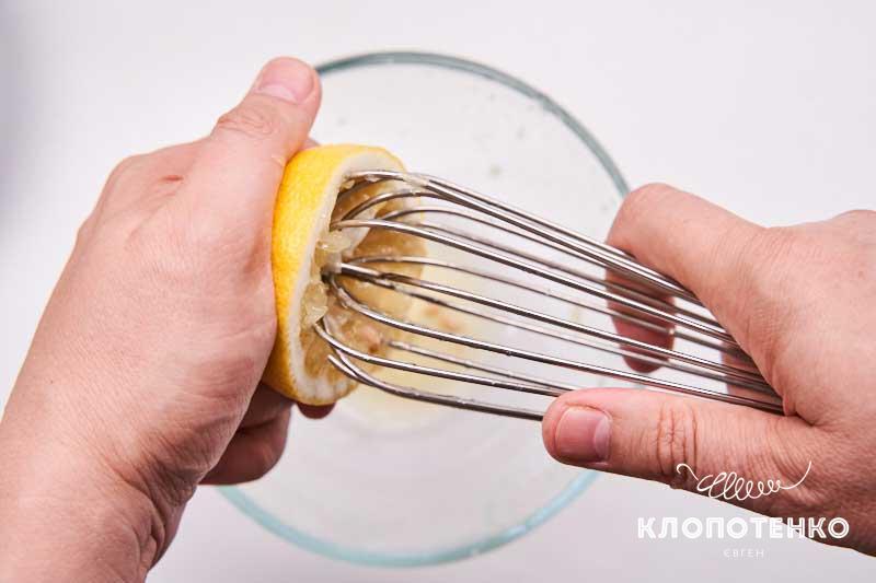 Выдавите сок 2 лимонов