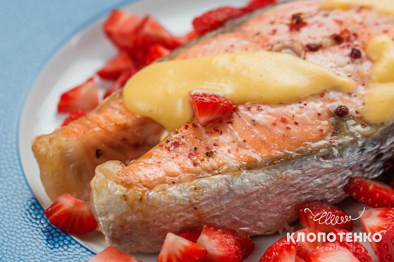 Стейк лосося с соусом голландез