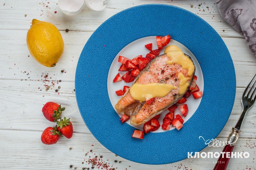 лосось с соусом голландез