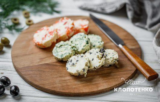 С оливками, зеленью и семгой. Как сделать вкусное сливочное масло
