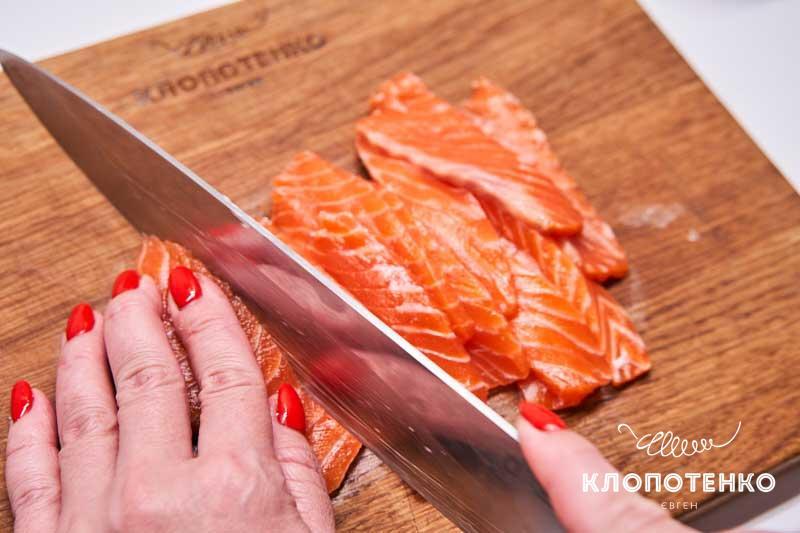Нарежьте 200 г слабосоленого лосося