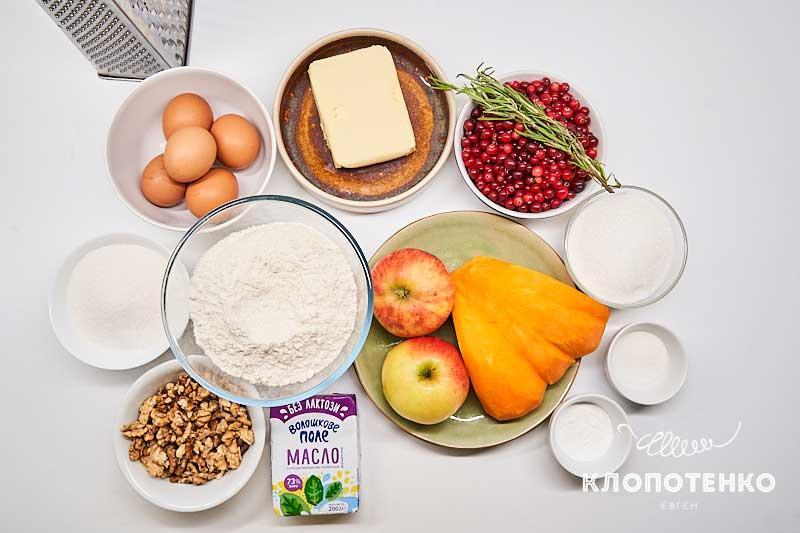 Подготовьте все ингредиенты для пирога с тыквой и яблоками