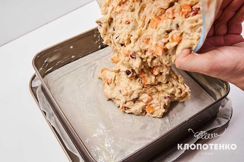 Выложите тесто с начинкой в форму