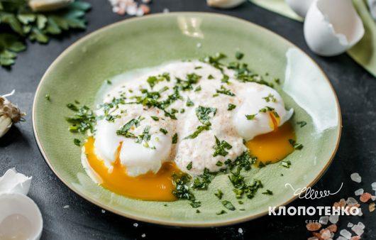 Сніданок за 5 хвилин. Готуємо турецькі яйця пашот із йогуртовим соусом