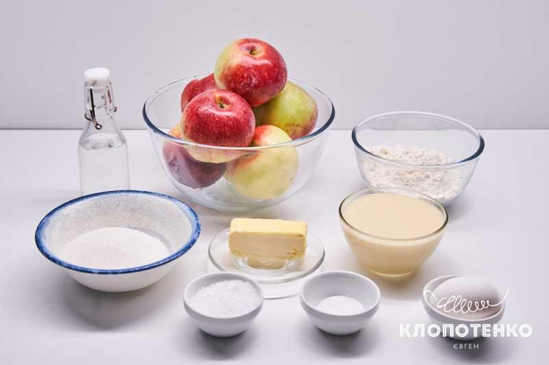 Подготовьте все ингредиенты для приготовления яблочного пирога со сгущенным молоком