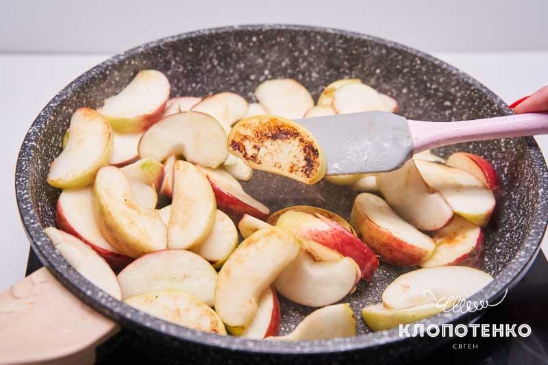 Поджарьте яблоки